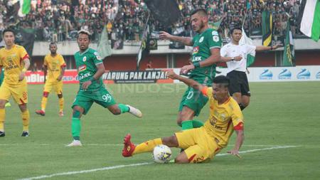 Penyerang asing PSS Sleman, Yevhen Bokhashvili saat melawan Bhayangkara FC. - INDOSPORT