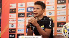 Indosport - Pemain belakang Persib Bandung, Achmad Jufrianto saat konferensi pers di Graha Persib, Jalan Sulanjana, Kota Bandung, Sabtu (22/06/2019). Foto: Arif Rahman/INDOSPORT