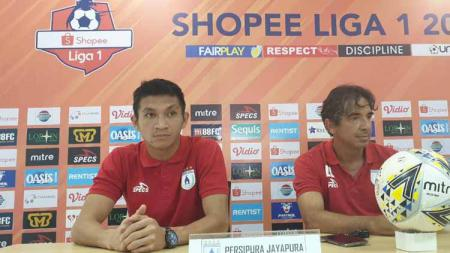 Pelatih Persipura Jayapura, Luciano Leandro bersama kiper Mario Fabio Londok - INDOSPORT