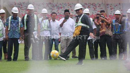 Menpora, Imam Nahrawi saat menjajal rumput Stadion Papua Bangkit - INDOSPORT
