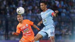 Indosport - Pemain Persija Jakarta, Riko Simanjuntak berusaha mencuri bola dari pemain Persela pertandingan pada Liga 1, Sabtu (22-06-19). Foto: Instagram@perselafc
