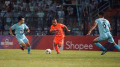Indosport - Pemain Persija Jakarta, Riko Simanjuntak saat berusaha melewati hadangan dua pemain Persela pertandingan pada Liga 1, Sabtu (22-06-19). Foto: Media Persija