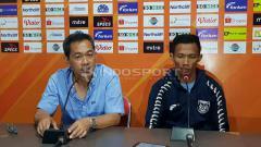 Indosport - Eky Taufik Febrianto (kanan) mengaku tidak ingin terbayang masa lalu buruk Persela Lamongan yang pernah nihil kemenangan di empat laga dalam kompetisi TSC 2016 lalu.