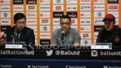 Indosport - Pelatih PSIS Semarang, Jafri Sastra (tengah) didampingi Aldaier Makatindu (kanan) dalam jumpa pers usai melawan Bali United di Stadion Kapten I Wayan Dipta, Gianyar, Sabtu (22/6/2019) sore. INDOSPORT/Nofik Lukman Hakim