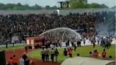 Indosport - Oknum suporter PSPS Riau terlibat bentrokan dengan pihak keamanan di laga melawan PSMS Medan, Sabtu (22/06/19).