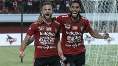 Indosport - Ilija Spasojevic (kiri) merayakan gol yang dicetaknya ke gawang PSIS Semarang, Sabtu (23/06/19)