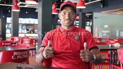 Leonard Tupamahu di Bali United Cafe, Gianyar, Jumat (21-06-2019). Foto: Nofik Lukman Hakim/INDOSPORT