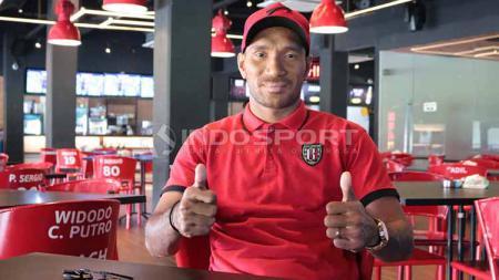 Leonard Tupamahu di Bali United Cafe, Gianyar, Jumat (21/6/19). Foto: Nofik Lukman Hakim/INDOSPORT - INDOSPORT
