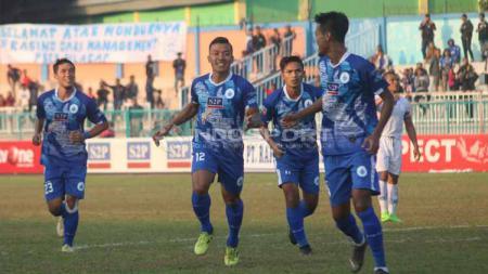 Selebrasi pemain PSCS Cilacap usai menjebol gawang Persib B di Stadion Wijayakusuma, Minggu (23-06-19). Foto: Ronald Seger Prabowo/INDOSPORT - INDOSPORT