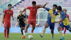 Indosport - Ahmad Nur Hardianto (tengah) saat uji coba melawan Arema FC U-20.