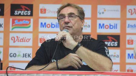 Pelatih Persib Bandung, Robert Rene Alberts nampaknya tidak menerima hasil seri usai bertanding lawan Madura United. - INDOSPORT