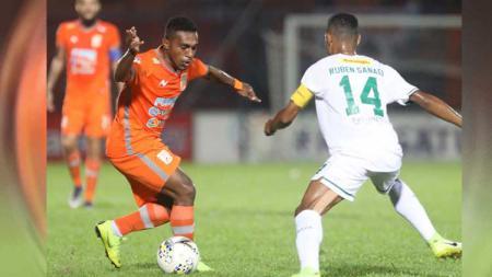 Gol kilat pesepak bola asal Papua, Terens Puhiri, saat berseragam Borneo FC di Liga 1 2017 kembali dikenang media asing. - INDOSPORT