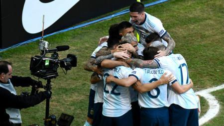 Para pemain Argentina melakukan selebrasi setelah Lautaro Martinez sukses mencetak gol ke gawang Qatar di Copa America 2019, Minggu (23/06/19) dini hari WIB. Pedro Vilela/Getty Images - INDOSPORT