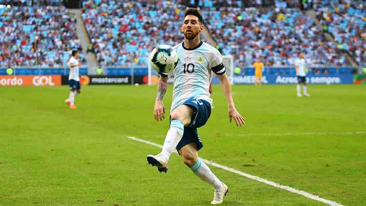 Lionel Messi mengontrol bola pada laga melawan Qatar di Arena do Gremio. Copyright: Chris Brunskill/Fantasista/Getty Images