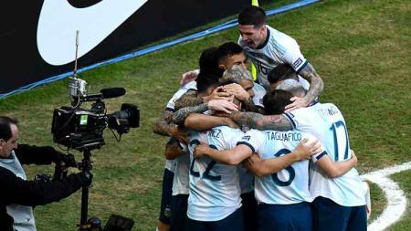 Aksi selebrasi pemain Argentina melawan Qatar setelah Lautaro Martinez mencetak gol di menit ke-4 di Arena do Gremio, Senin (24/06/19). - INDOSPORT