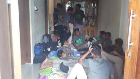 Kondisi prihatin pemain PSS Sleman U-16 dan U18  tinggal di Jakarta dengan rumah kecil diisi 40 orang lebih. Pict by Twitter/@babarsari1976 - INDOSPORT