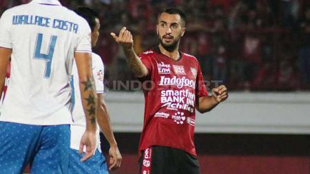 Gelandang Bali United, Brwa Nouri saat berkoordinasi dengan rekan-rekannya, dalam pertandingan melawan PSIS Semarang, Sabtu (22/6/2019). Foto : Nofik Lukman Hakim - INDOSPORT