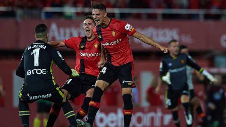 Aksi selebrasi pemain RCD Mallorca melawan Deportivo Coruna di Iberostar Stadium.