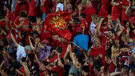 Suporter RCD Mallorca bersorak ria untuk mendukung timnya di tribun.