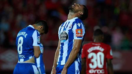 Pablo Mari pemain Deportivo menunjukkan ekspresi kekecewaan usai gagal membawa timnya promosi ke LaLiga Spanyol.