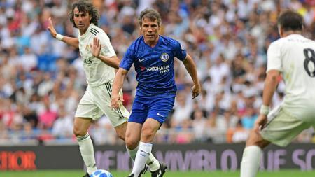Gianfranco Zola (tengah) ketika dihadang oleh para legenda Real Madrid. - INDOSPORT