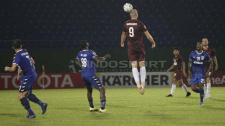 Eero Markkanen mengambil bola atas pada laga melawan Becamex Binh Duong. - INDOSPORT