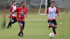 Indosport - Jebolan tim Bali United U-19, Arapenta Poerba (kanan) saat berusaha mengadang pergerakan Brwa Nouri dalam sesi latihan di Lapangan Trisakti, Legian, Kuta, Bali. Foto: Nofik Lukman Hakim/INDOSPORT