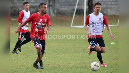 Jebolan tim Bali United U-19, Arapenta Poerba (kanan) saat berusaha mengadang pergerakan Brwa Nouri dalam sesi latihan di Lapangan Trisakti, Legian, Kuta, Bali. Foto: Nofik Lukman Hakim/INDOSPORT - INDOSPORT