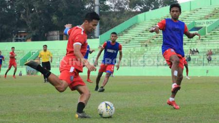 Game internal uji coba Arema FC di Stasiun Gajayana Malang, Senin (24-06-19). Foto: Ian Setiawan/INDOSPORT - INDOSPORT