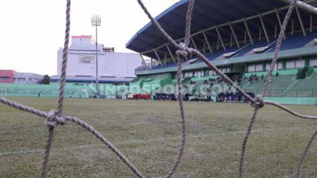 Kondisi rumput Stadion Gajayana mulai membaik jelang laga Liga 1 Arema FC, Senin (24/6/19). Foto: Ian Setiawan/INDOSPORT - INDOSPORT