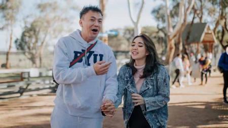 Wijaya Saputra dan Gisella Anastasia main TikTok bareng Gempi, netizen merasa gemas. - INDOSPORT