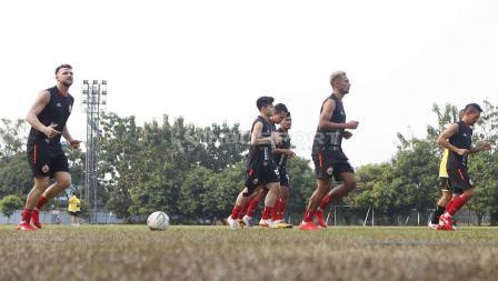 Sejumlah pemain Persija Jakarta melakukan jogging pada latihan Macan Kemayoran di Lapangan PSAU TNI Halim Perdanakusuma, Jakarta Timur, Senin (24/06/19). Foto: Herry Ibrahim/INDOSPORT
