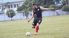 Indosport - Aksi Marko Simic hendak menendang bola pada latihan Persija Jakarta di Lapangan PSAU TNI Halim Perdanakusuma, Jakarta Timur, Senin (24/06/19). Foto: Herry Ibrahim/INDOSPORT