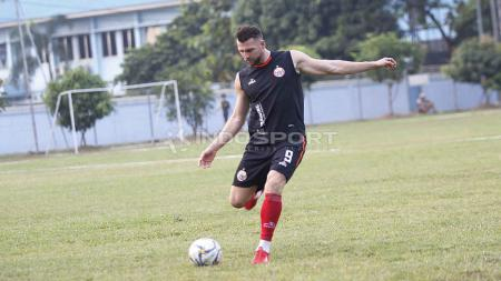 Aksi Marko Simic hendak menendang bola pada latihan Persija Jakarta di Lapangan PSAU TNI Halim Perdanakusuma, Jakarta Timur, Senin (24/06/19). Foto: Herry Ibrahim/INDOSPORT - INDOSPORT