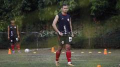 Indosport - Pemain klub Liga 1 2020 Persija Jakarta, Rezaldi Hehanusa, menceritakan momen ia mendapat kartu kuning gara-gara rekannya saat ini, Riko Simanjuntak.