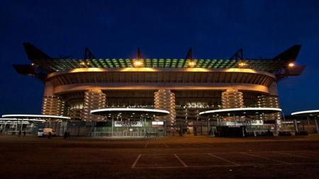 Stadion San Siro atau Giuseppe Meazza yang sejumlah areanya akan ditutup demi keselamatan. - INDOSPORT
