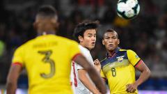 Indosport - Takefusa Kubo dikawal ketat dua pemain Ekuador dalam fase grup Copa America.