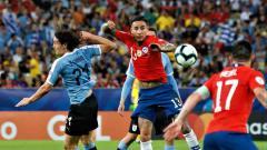 Indosport - Aksi Cavani pada laga Chile vs Uruguay di Copa America 2019, Selasa (25/06/19).