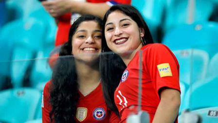 Dua suporter cantik Chile memberikan senyuman manis saat diambil gambarnya oleh salah satu awak media (21/06/19). Felipe Oliveira/Getty Images