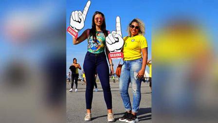 Dua suporter timnas Brasil datang ke stadion untuk menyaksikan laga Copa America fase grup Peru vs Brasil di Corinthians Arena (22/06/19). Chris Brunskill/Fantasista/Getty Images