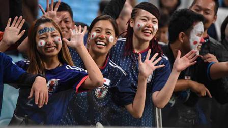 Kegembiraan ditunjukkan oleh para suporter timnas Jepang saat menyaksikan laga Copa America antara Uruguay vs Jepang di Arena do Gremio (20/06/19). Kaz Photography/Getty Images