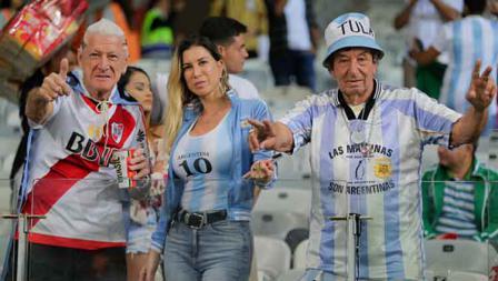 Satu wanita, dua laki-laki tampak semangat memberikan dukungan kepada para pemain Argentina yang tengah berlaga melawan Paraguay di fase grup Copa America 2019 (19/06/19). Gustavo Ortiz/Jam Media/Getty Images