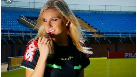 Wasit cantik asal Brasil, Fernanda Colombo sudah biasa membuat para penonton salah fokus ketika dirinya bertugas sebagai wasit di lapangan. - INDOSPORT