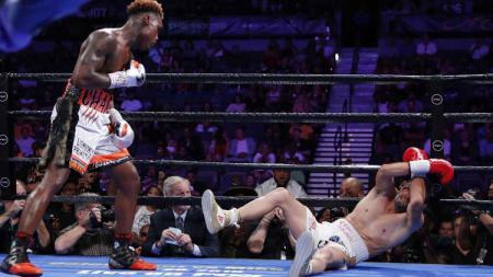Jermell Charlo berhasil membuat lawannya, Jorge Cota 'mati kutu' yang membuatnya menang dengan keputusan Knock Out (KO). - INDOSPORT