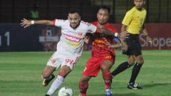 Indosport - I Gede Sukadana (kanan) sempat mendapat perlakuan kurang menyenangkan saat laga kontra Badak Lampung. Ronald Seger Prabowo/INDOSPORT.