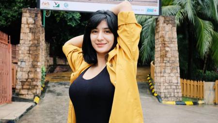 Fanny Ghassani Lakukan Peregangan di Pinggir Sawah, Netizen: Ada Panunya - INDOSPORT