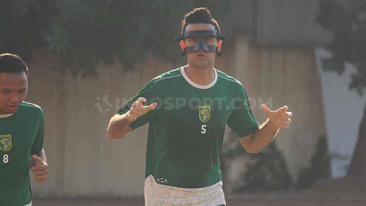 Otavio Dutra terlihat memakai topeng saat latihan sore tadi, Selasa (25/6/19). Copyright: Fitra Herdian/INDOSPORT