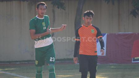 Teks foto Hansamu Yama jogging ditemani fisioterapi tim Persebaya di Lapangan Polda Jatim. Selasa (25/6/19). - INDOSPORT