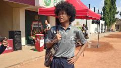 Indosport - Penampilan fashionable Bagus Kahfi setelah pertandingan melawan Bhayangkara U-18 di Lapangan Polda Jatim, Minggu (23/6/19).