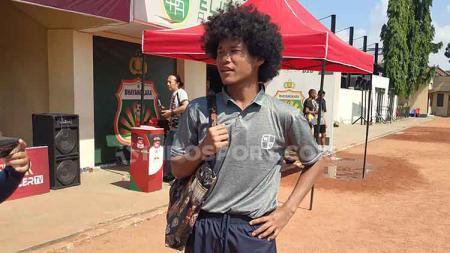 Penampilan fashionable Bagus Kahfi setelah pertandingan melawan Bhayangkara U-18 di Lapangan Polda Jatim, Minggu (23/6/19). - INDOSPORT